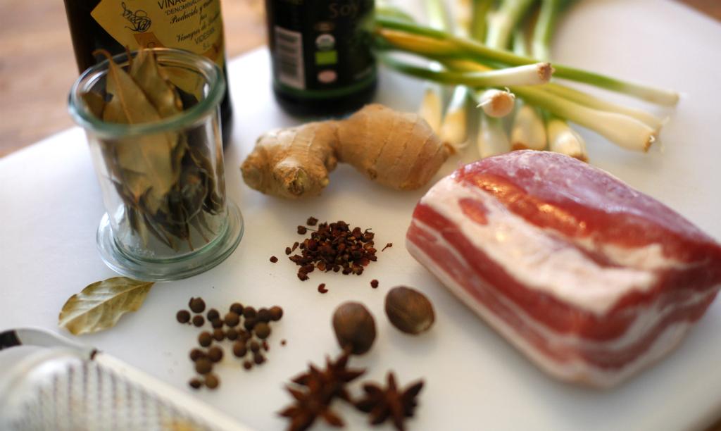 Ingredienser till rödkokt sidfläsk