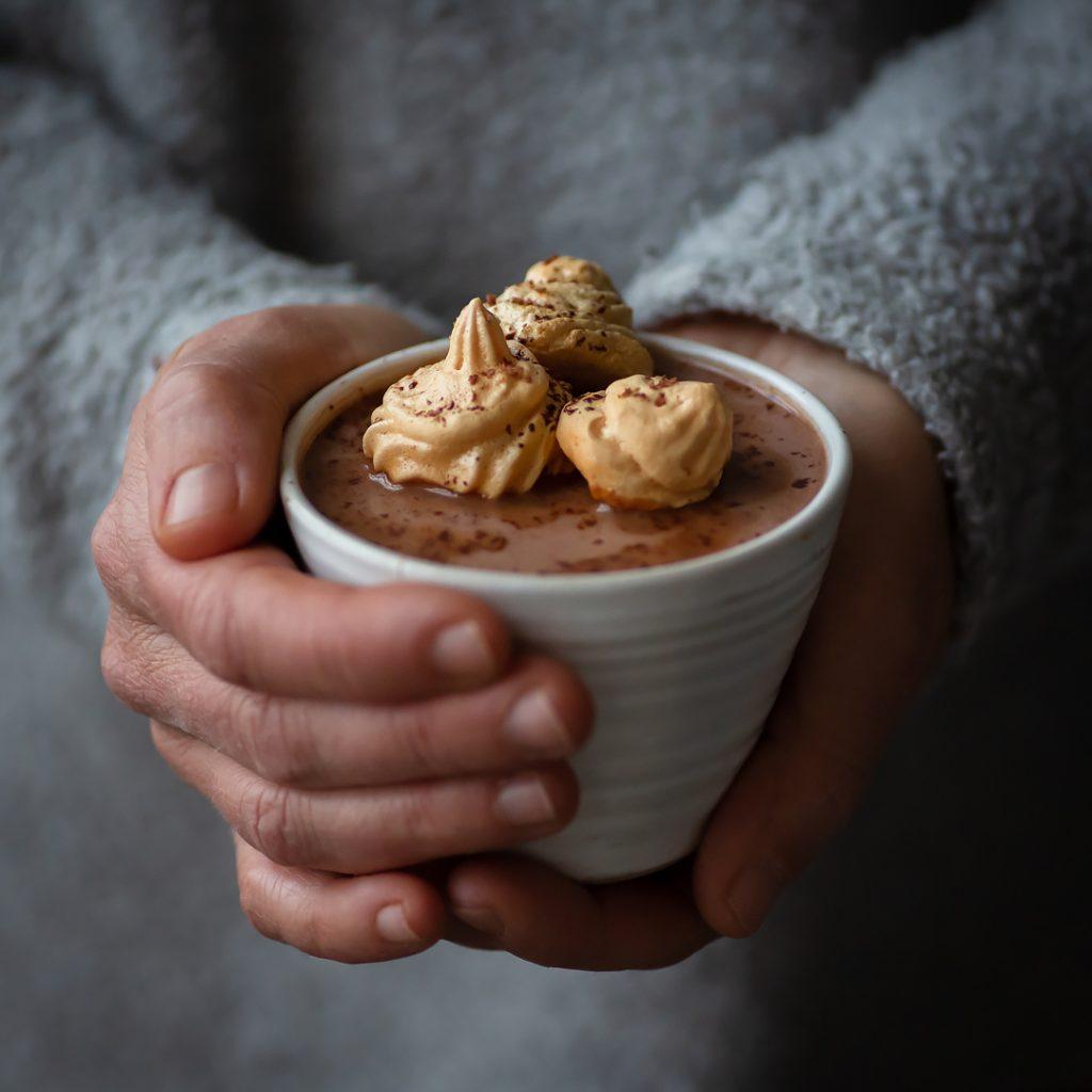 Varm choklad och maränger. Foto: Torbjörn Lagerwall